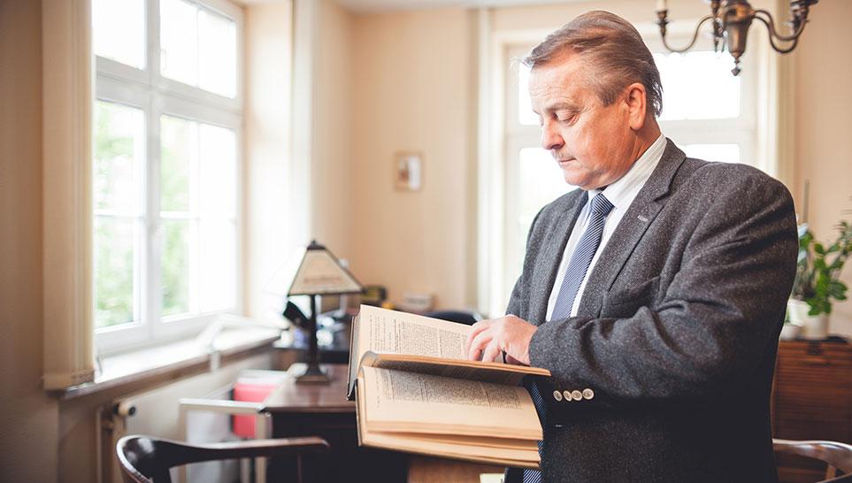 Rechtsanwalt-Uwe-Dietrich in seiner Kanzlei